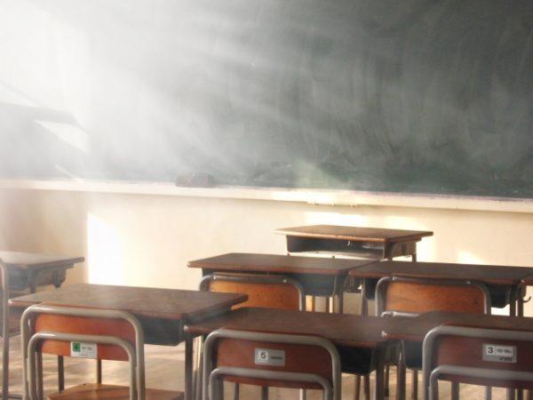 教員 年収 低い?